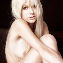 Avril Lavigne young and nude photo shoot UHQ