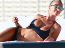 Laura Cremaschi lip slip in thong bikini on the beach in Miami 22x HQ photos
