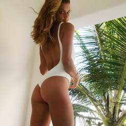 Nina Agdal bare ass