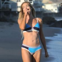 Denise Richards pokies sexy bikini candids on the beach in Malibu 8x UHQ photos