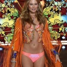 Behati Prinsloo sexy Victoria's Secret lingerie 2015 Fashion Show 9x HQ