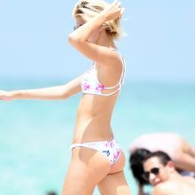 Devon Windsor sexy bikini candids on the beach in Miami 28x HQ photos