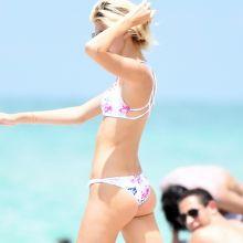 Devon Windsor sexy bikini candids on the beach in Miami 28x HQ photos