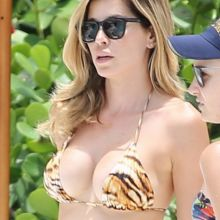 Aida Yespica sexy bikini candids on the beach in Miami 5x HQ photos