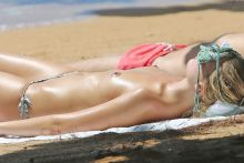 Margot Robbie topless sunbathing candids on the beach in Hawaii 3x UHQ photos