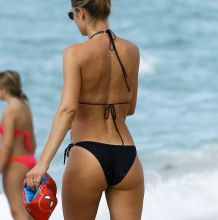 Doutzen Kroes sexy bikini bends over candids on the beach in Miami 33x HQ photos