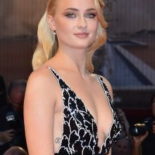Sophie Turner sexy sideboob during Kineo Diamanti Award Ceremony UHQ photos
