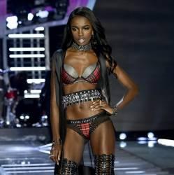 Leomie Anderson, Roosmarijn de Kok sexy lingerie 2017 Victoria's Secret Fashion Show 13x MixQ photos