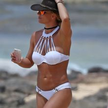 Britney Spears nip slip in a bikini at a beach in Hawaii 26x HQ photos